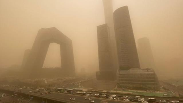 Kum fırtınası nedeniyle sarı alarma geçen Pekin'de hava kirliği seviyesi 160 kat arttı